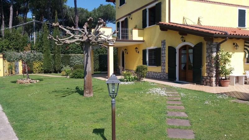 Marina di Pietrasanta, Villa Padronale con Giardino in Affitto