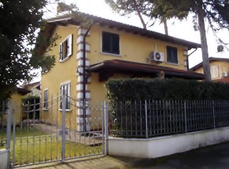 Marina di Pietrasanta, Fiumetto, Villetta Singola Con Giardino